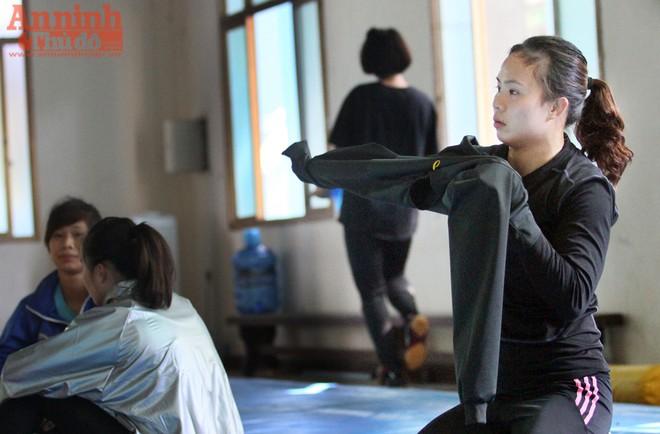 Bước vào bài tập, Vũ Thị Hằng (hạng 48kg) phải mặc áo chuyên dụng để ép cân