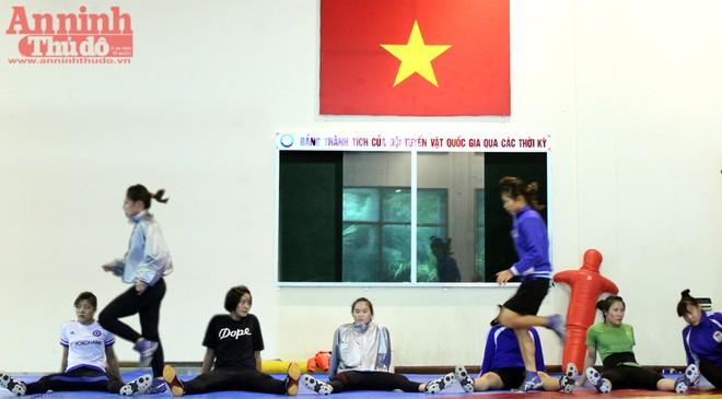 Xem các nữ võ sỹ Việt... đá bóng để ép cân tới Olympic 2016 ảnh 15