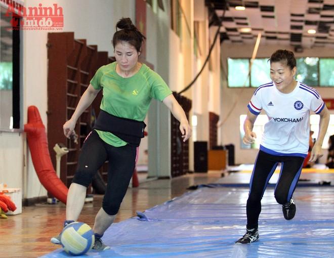 Xem các nữ võ sỹ Việt... đá bóng để ép cân tới Olympic 2016 ảnh 9