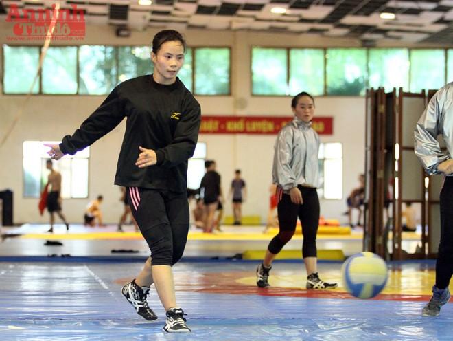 Xem các nữ võ sỹ Việt... đá bóng để ép cân tới Olympic 2016 ảnh 11