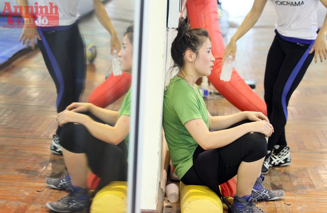 Xem các nữ võ sỹ Việt... đá bóng để ép cân tới Olympic 2016 ảnh 13