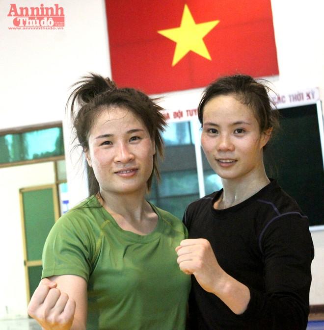 Xem các nữ võ sỹ Việt... đá bóng để ép cân tới Olympic 2016 ảnh 16