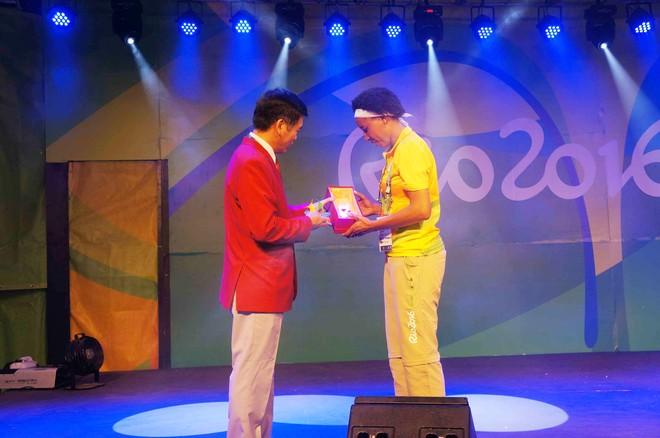 Trưởng đoàn Trần Đức Phấn tặng quà lưu niệm cho đại diện BTC nước chủ nhà Brazil