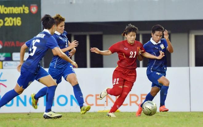 Tuyển nữ Việt Nam (áo đỏ) đã thi đấu kiên cường, đầy cố gắng trước Thái Lan