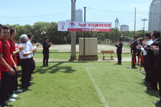 Đại diện VFF và Yanmar tại lễ khánh thành mặt cỏ sân 3 - Trung tâm bóng đá trẻ VFF