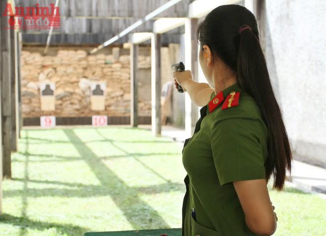 Hình ảnh nữ chiến sỹ công an tại trường bắn
