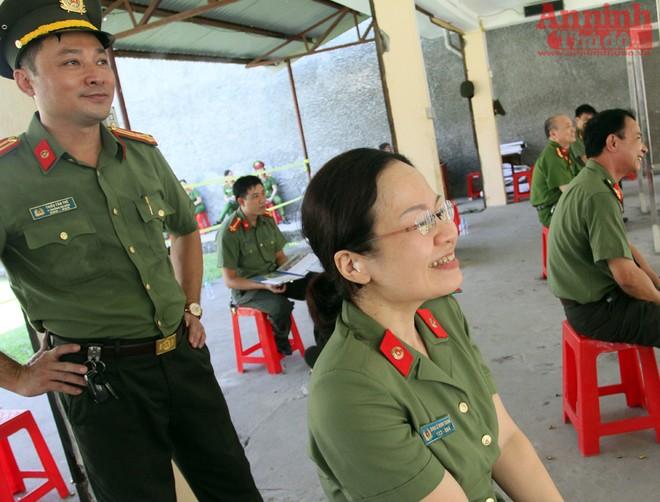 Thiếu tá Đinh Lê Minh Trang vui mừng khi ban tổ chức thông báo số điểm 96/100