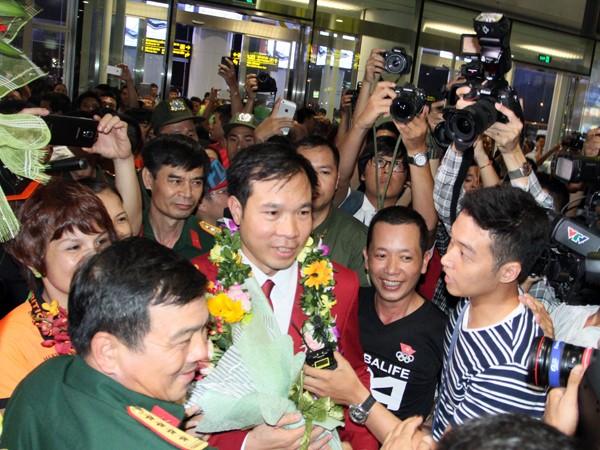 Sân bay Nội Bài náo nhiệt người đón Nhà vô địch Hoàng Xuân Vinh ảnh 11