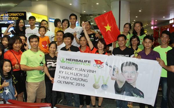 Sân bay Nội Bài náo nhiệt người đón Nhà vô địch Hoàng Xuân Vinh ảnh 3