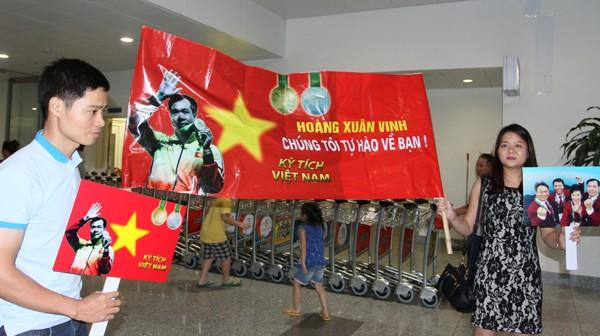 Sân bay Nội Bài náo nhiệt người đón Nhà vô địch Hoàng Xuân Vinh ảnh 1