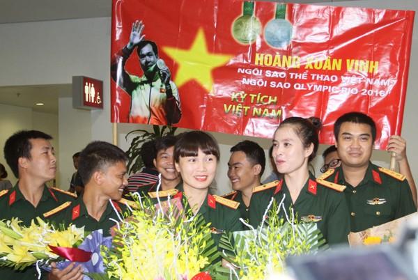 Sân bay Nội Bài náo nhiệt người đón Nhà vô địch Hoàng Xuân Vinh ảnh 2