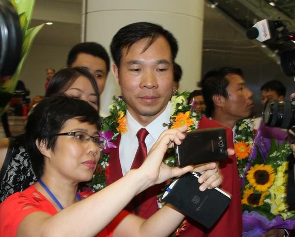 Sân bay Nội Bài náo nhiệt người đón Nhà vô địch Hoàng Xuân Vinh ảnh 8