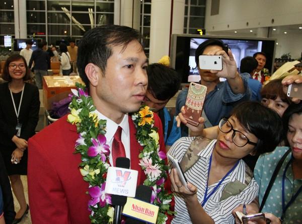 Sân bay Nội Bài náo nhiệt người đón Nhà vô địch Hoàng Xuân Vinh ảnh 7