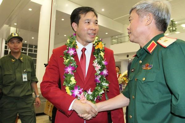Sân bay Nội Bài náo nhiệt người đón Nhà vô địch Hoàng Xuân Vinh ảnh 5