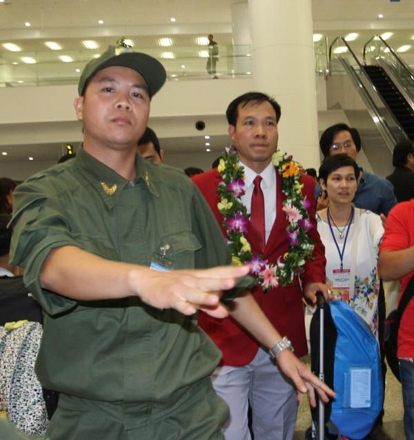 Sân bay Nội Bài náo nhiệt người đón Nhà vô địch Hoàng Xuân Vinh ảnh 10