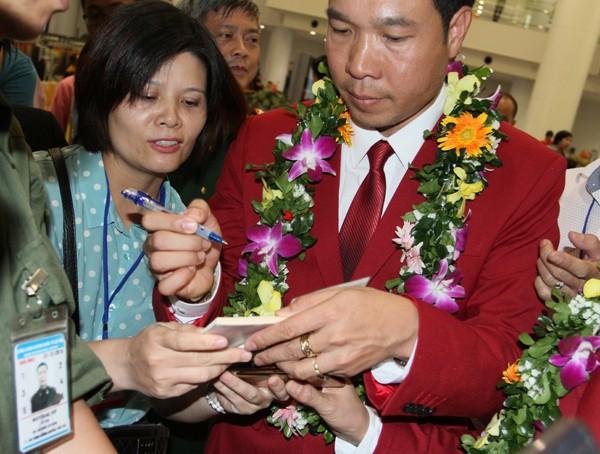 Sân bay Nội Bài náo nhiệt người đón Nhà vô địch Hoàng Xuân Vinh ảnh 6