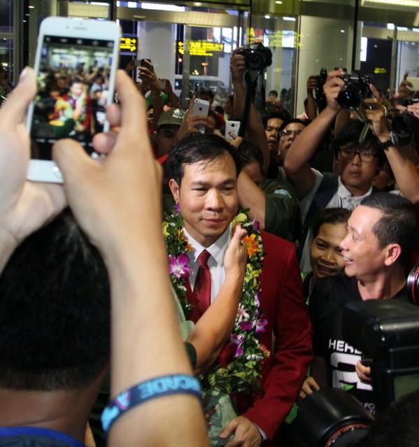 Sân bay Nội Bài náo nhiệt người đón Nhà vô địch Hoàng Xuân Vinh ảnh 12