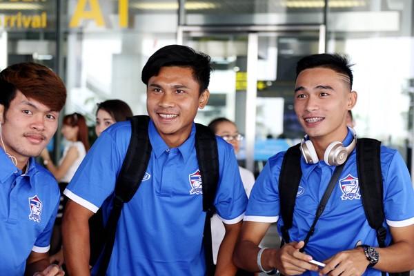 Các tuyển thủ Thái Lan tỏ ra hào hứng khi vừa xuống sân bay Nội Bài (Ảnh: VFF)
