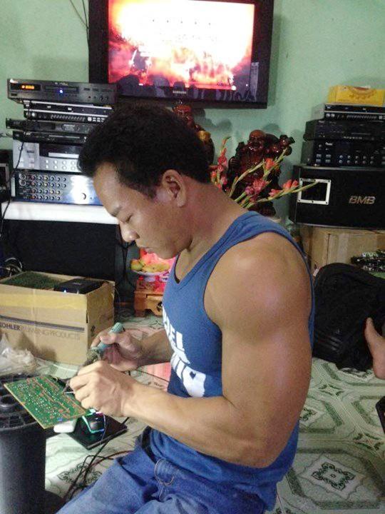 Ngoài thi đấu thể thao, Lê Văn Công còn sửa chữa, lắp ráp các thiết bị âm thanh để tăng thu nhập cho gia đình
