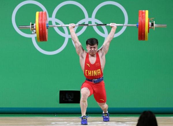 Long Qingquan (hạng 56kg) phá kỷ lục Olympic cử đẩy với mức tạ 170kg