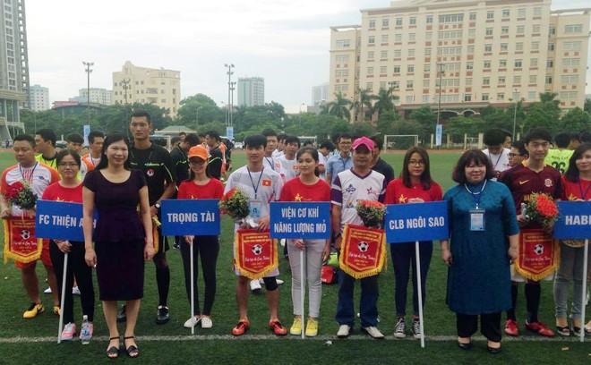 BTC trao hoa và cờ lưu niệm cho các đội tại lễ khai mạc giải sáng 10-9