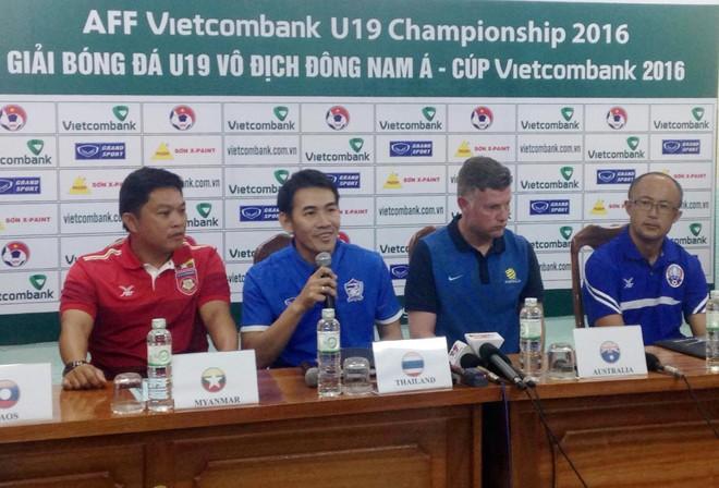 HLV trưởng U19 Thái Lan, Andulak (cầm micro) tự tin tuyên bố mục tiêu vô địch
