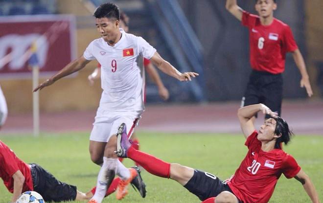 Bỏ lỡ nhiều cơ hội, U19 Việt Nam (áo trắng) hòa không bàn thắng với U19 Singapore