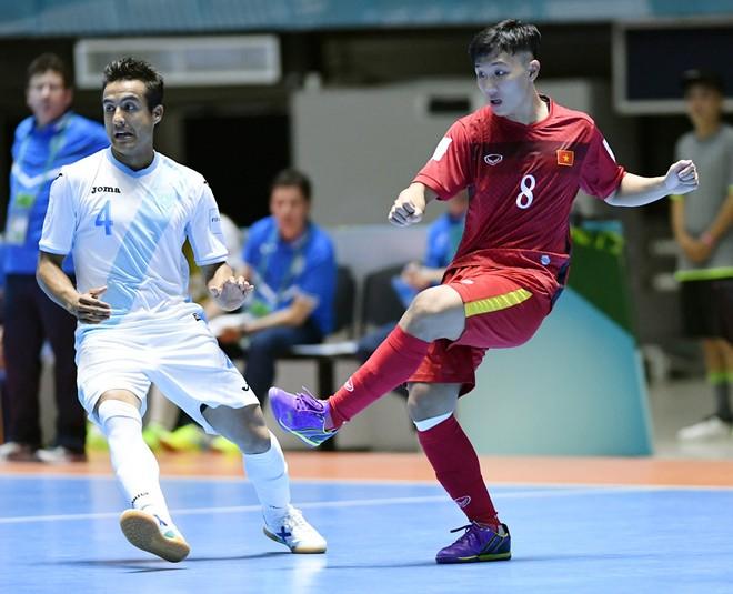 Tuyển Futsal Việt Nam (áo đỏ) phải có điểm tại trận gặp Italia mới chắc suất đi tiếp
