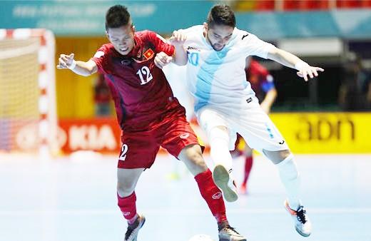 Tuyển Việt Nam (áo đỏ) chơi ngang ngửa với đối thủ xếp trên 18 bậc, Guatemala