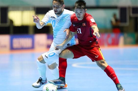 Tuyển Futsal Việt Nam (áo đỏ) có trận thắng ấn tượng trước Guatemala ở World Cup Futsal