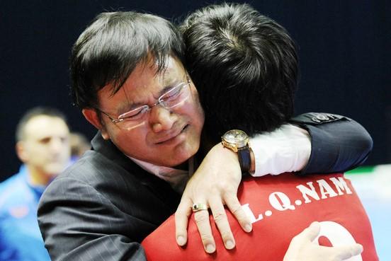 Niềm hạnh phúc của Trưởng đoàn Trần Anh Tú và các thành viên tuyển Futsal Việt Nam