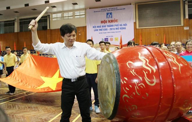 Phó chủ tịch Thường trực Hội Nhà báo Việt Nam Hồ Quang Lợi đánh trống khai mạc...
