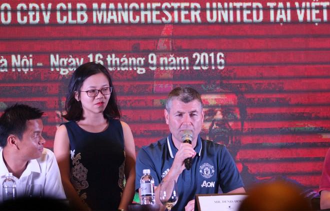 Irwin tặng quà ban tổ chức giải Bóng đá dành cho các fan M.U tại Việt Nam - Cúp Sơn Kansai năm 2016 (ảnh trên) và chia sẻ nhiều điều thú vị với truyền thông Việt Nam