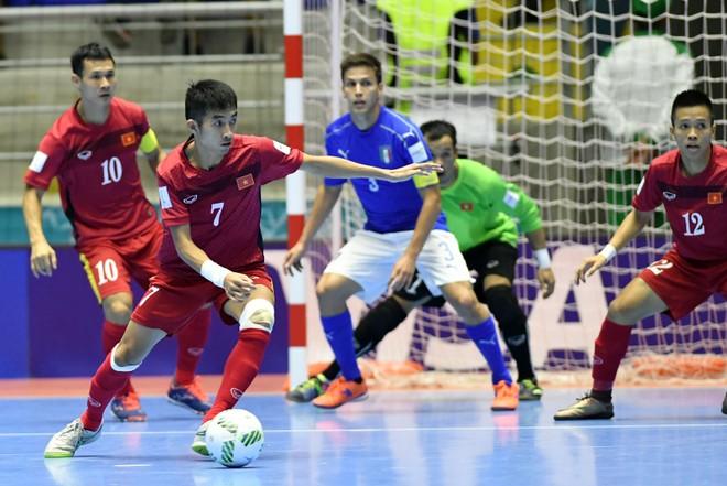 Các tuyển thủ Việt Nam đã hoàn thành mục tiêu hạn chế bàn thua trong trận gặp Italia để trụ vững vị trí thứ 3 bảng C và giành quyền vào vòng 1/8 (Ảnh Nhật Đoàn)