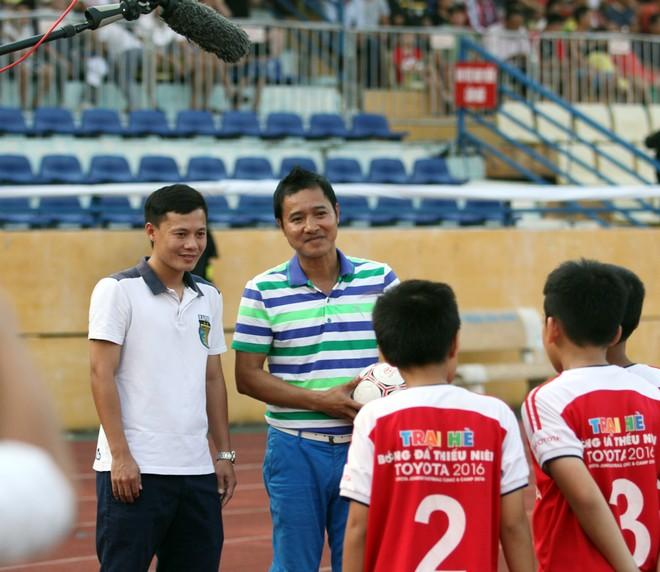 Thành Lương cùng quý tử nhận Huy chương vàng V-League 2016 ảnh 1