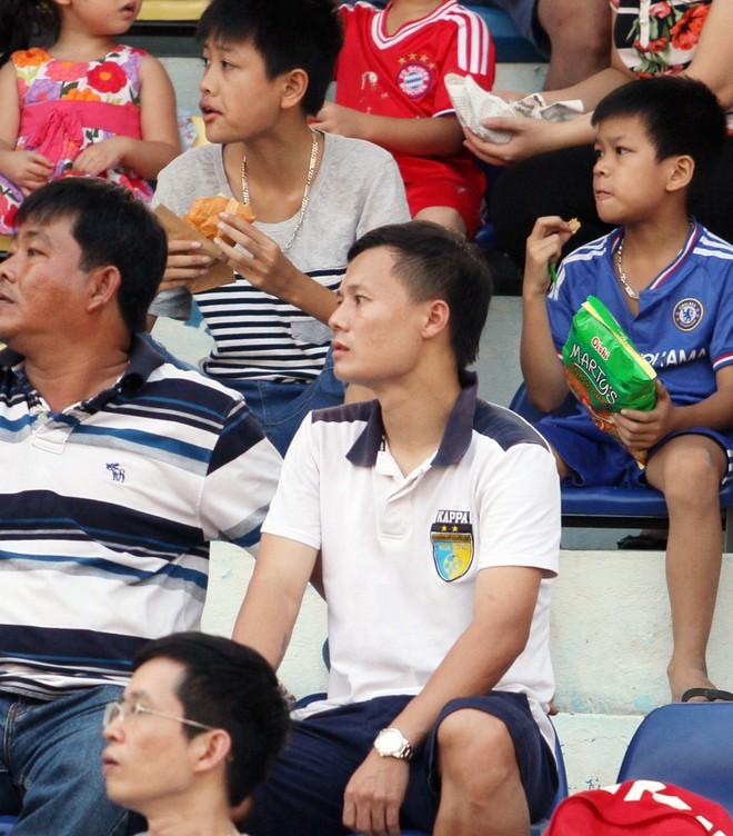 Thành Lương cùng quý tử nhận Huy chương vàng V-League 2016 ảnh 2