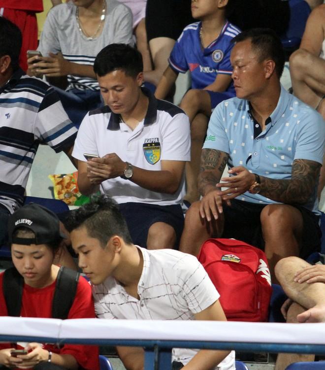 Thành Lương cùng quý tử nhận Huy chương vàng V-League 2016 ảnh 3
