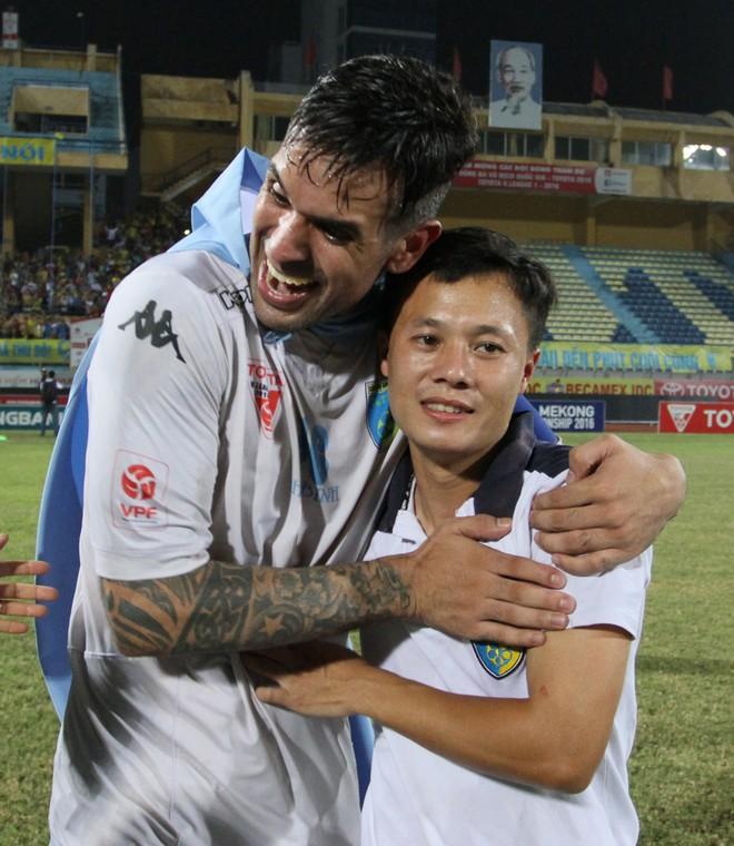 Thành Lương cùng quý tử nhận Huy chương vàng V-League 2016 ảnh 7
