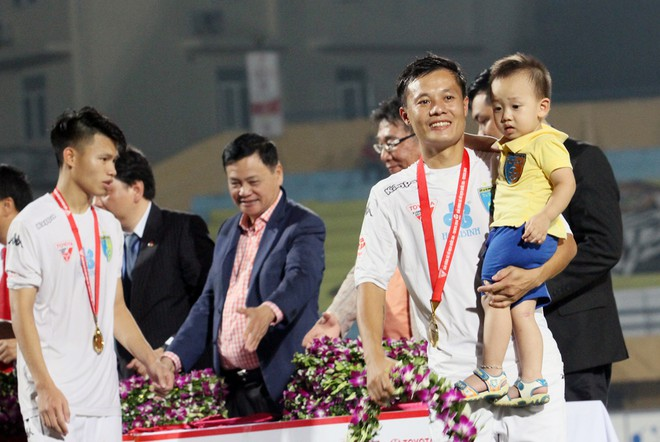 Thành Lương cùng quý tử nhận Huy chương vàng V-League 2016 ảnh 8