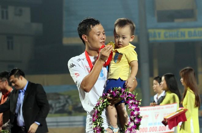 Thành Lương cùng quý tử nhận Huy chương vàng V-League 2016 ảnh 9
