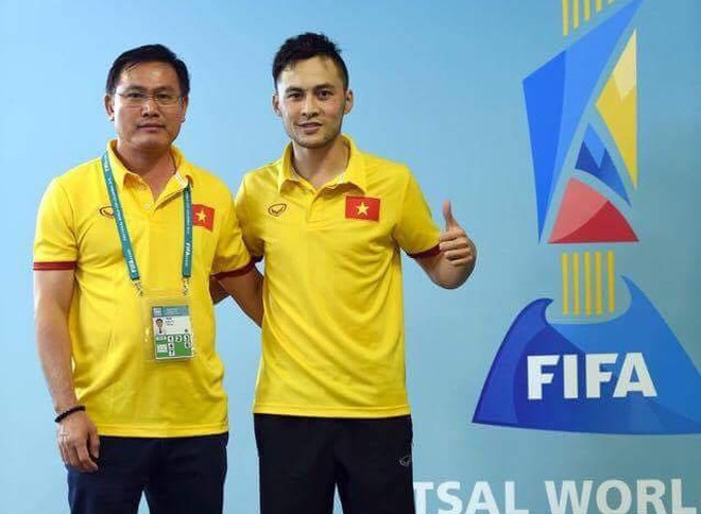 Trưởng đoàn Trần Anh Tú (bên trái) tại FIFA Futsal World Cup 2016