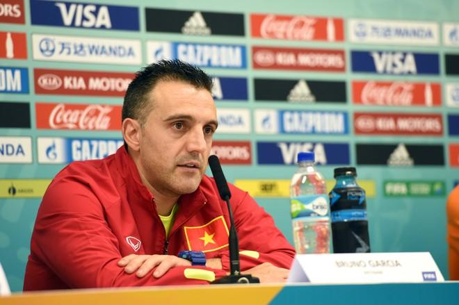 HLV Bruno tại buổi họp báo trước trận