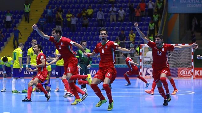 Niềm vui chiến thắng của các cầu thủ Iran sau trận thắng nghẹt thở trước Brazil
