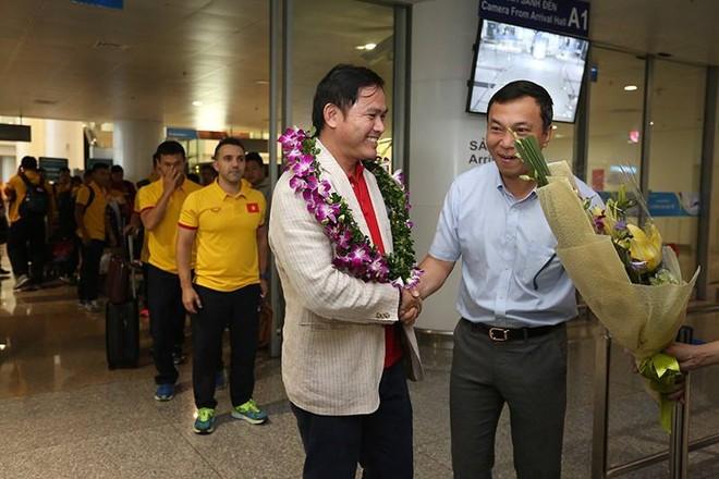 Từ trưởng đoàn Trần Anh Tú đến các thành viên đoàn khi ra tới sảnh sân bay Nội Bài đều được đại diện VFF đeo vòng nguyệt quế, chào đón như đón những người hùng