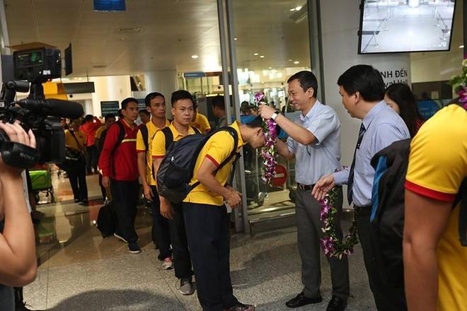 Phó Chủ tịch thường trực VFF Trần Quốc Tuấn và Tổng thư ký VFF Lê Hoài Anh có mặt tại sân bay đón đoàn. Do chuyến bay hạ cánh sớm nên không có nhiều người hâm mộ ra đón. Tuy nhiên ông Trần Quốc Tuấn cho biết khi đội về đến sân bay Tân Sơn Nhất (TP.HCM) sẽ có một buổi lễ đón rước long trọng, với sự có mặt của đông đảo người hâm mộ. 95% thành viên đoàn Futsal Việt Nam hiện đang sinh sống tại khu vực phía Nam