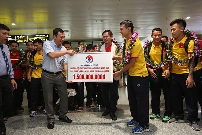 Đội tuyển Futsal được chào đón như người hùng, nhận 1,5 tỷ tiền thưởng