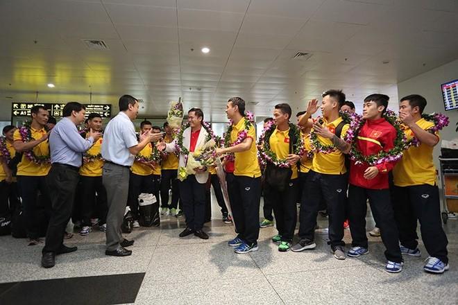 Đại diện VFF trao tặng 1,5 tỷ đồng tiền thưởng và chúc mừng đội tuyển Futsal Việt Nam đã xuất sắc lọt vào vòng 16 đôi mạnh nhất World Cup