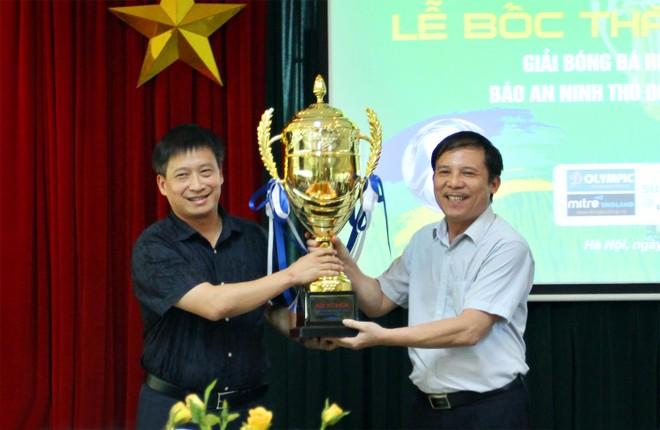 Ông Nguyễn Thanh Bình - Tổng biên tập Báo ANTĐ, Trưởng BTC giải (bên trái), nhận cúp vô địch giải từ ông Phạm Ngọc Tuấn - Trưởng phòng Công tác HSSV Sở GD-ĐT Hà Nội