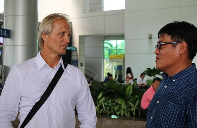 HLV Jorn Andersen (trái) tại sân bay Tân Sơn Nhất trưa 4-10