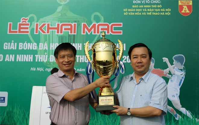 Ông Nguyễn Thanh Bình - Tổng Biên tập Báo ANTĐ, Trưởng BTC giải (trái) nhận cúp từ ông Chử Xuân Dũng – Phó GĐ Sở GD-ĐT Hà Nội